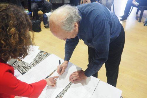 Giovanni Piazza, rappresentante nel Forum di OSI, firma lo Statuto